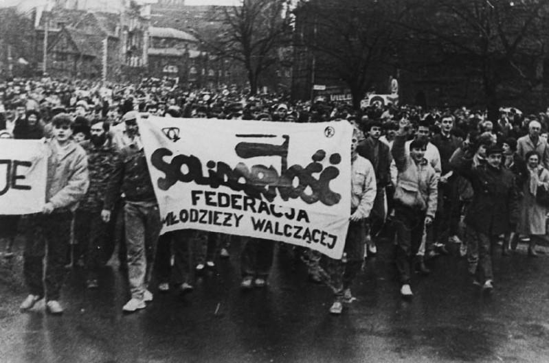 3 - Manifestacja - przemarsz pod pomnik w 1987 r.