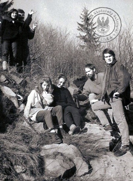 """4 - U góry Piotr Abramczyk i """"Wiszowata"""", poniżej Ela Zawadowska-Krysta (wówczas Zawadowska), Alina Mielewczyk (wówczas Kaczyńska), Zbyszek Bielawski otworzył winko, Mariusz Wilczyński rozmarzył się ..."""