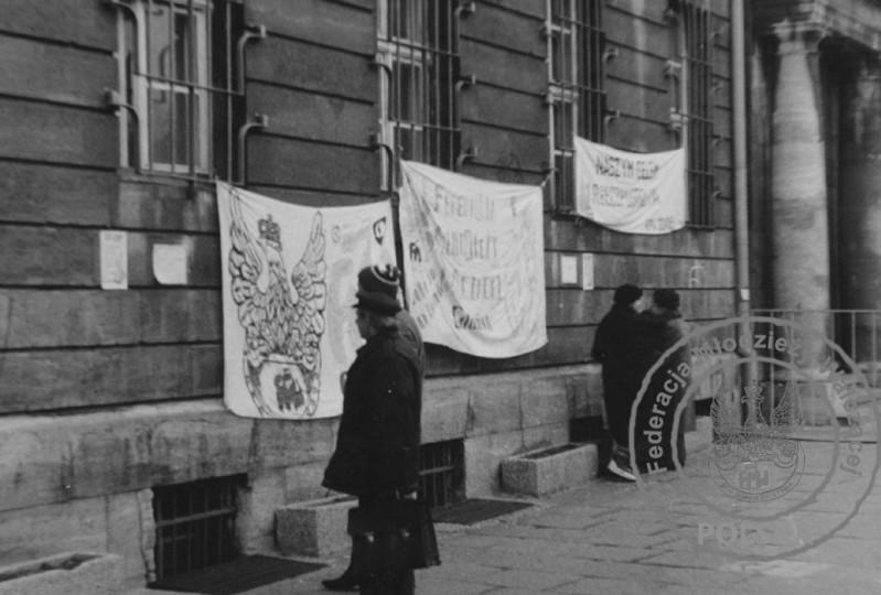 4 - Transparenty na zdobytym budynku KW PZPR Gdańsk