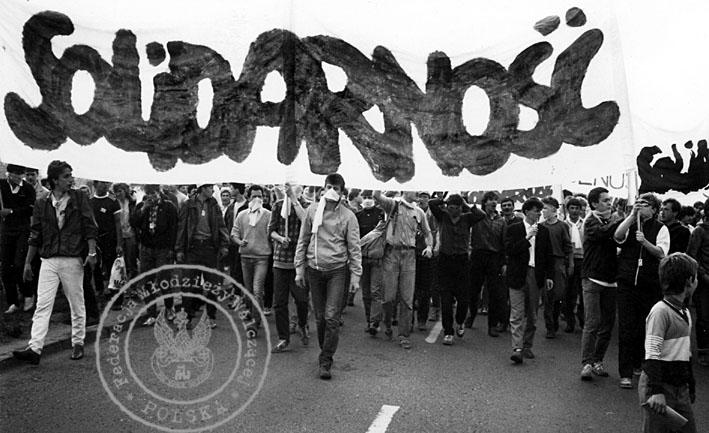 6 - Gdańsk - czoło pochodu, transparent z lewej strony trzyma Jacek Kurski, poprawia mu chustę Mariusz Wilczyński