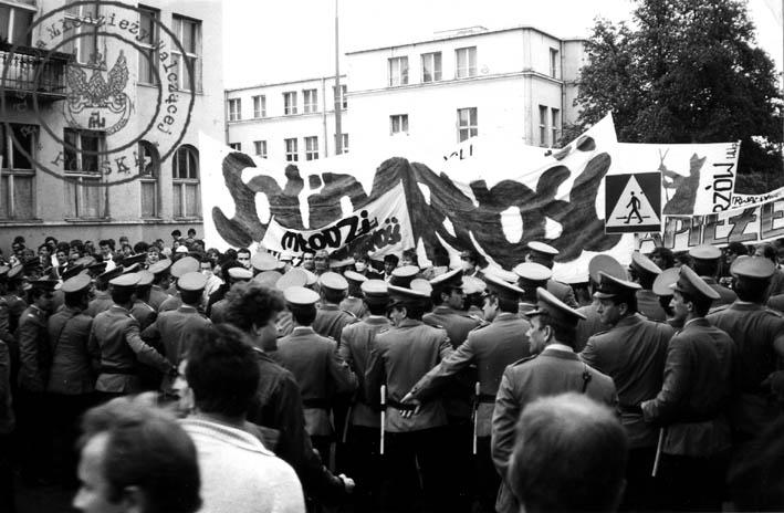 """5 - Gdańsk Wrzeszcz - starcie z MO, pod transparentem """"MłodziNSZZ """"Solidarność"""" m.in. Marek Rożak, Mariusz Wilczyński, Maciek Grabski"""
