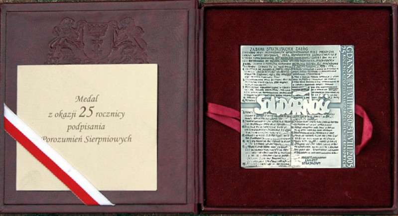 """2 - Medal 25 lecia """"S"""" przekazany dla FMW"""