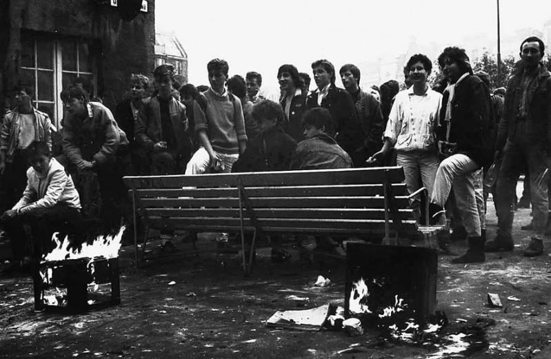20 - Barykada po zadymie w 1989 r. - na ławce w środku Robert Kwiatek, po prawej od Roberta, siedzi Kamil Jesionowski, a po lewej stoją