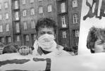 """3 - Zamaskowany to """"Dzieciak"""" - fota z manifestacji 1988 r."""